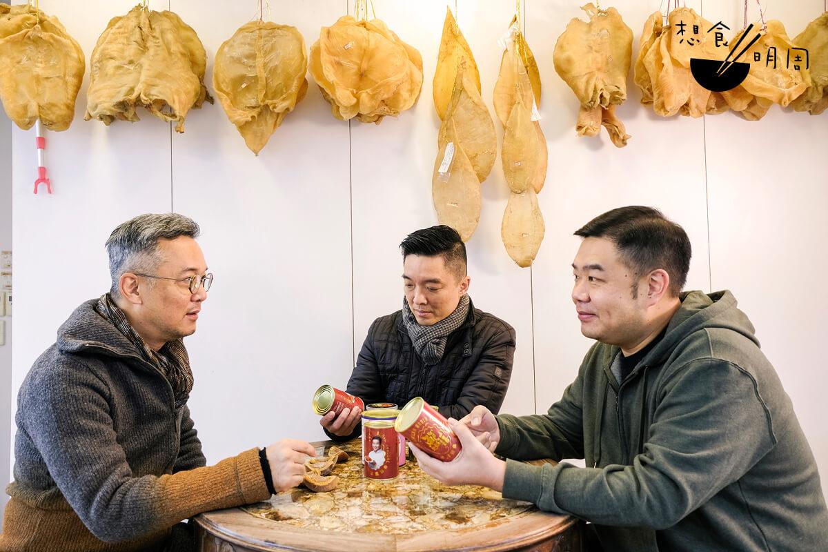「鮑魚王」李國士夥拍同樣經營海產的黃正和「少年食神」Michael一同推出南非產的罐頭鮑魚。(從左至右)