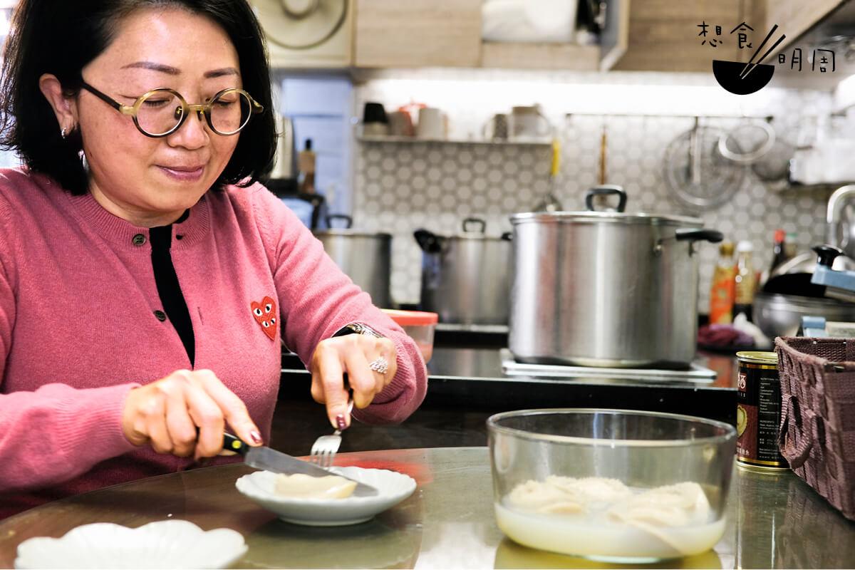 Dilys說,吃鮑參翅肚就是追求其原味,而鮑魚在各項珍饈中,甜度最高的一種。所以,她堅持做清湯的自家罐鮑。