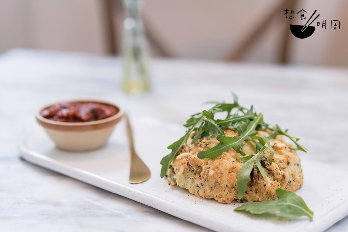 新鮮出爐的西蘭花火箭菜切達芝士scone,配上甜酸有致的自家製蕃茄醬,不論是當作早餐或下午茶都非常適合!($35)