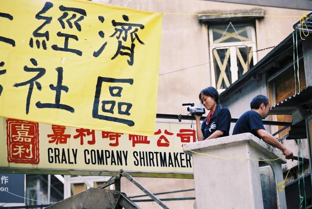 李維怡最初以影像記錄者身份參與利東街民間規劃運動,後來則與利東街街坊走畢全程。(攝影:謝柏齊)