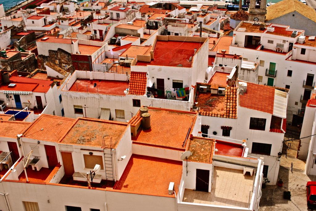 赤陶屋頂是西班牙傳統建築元素,具有手工打造的溫暖質感。