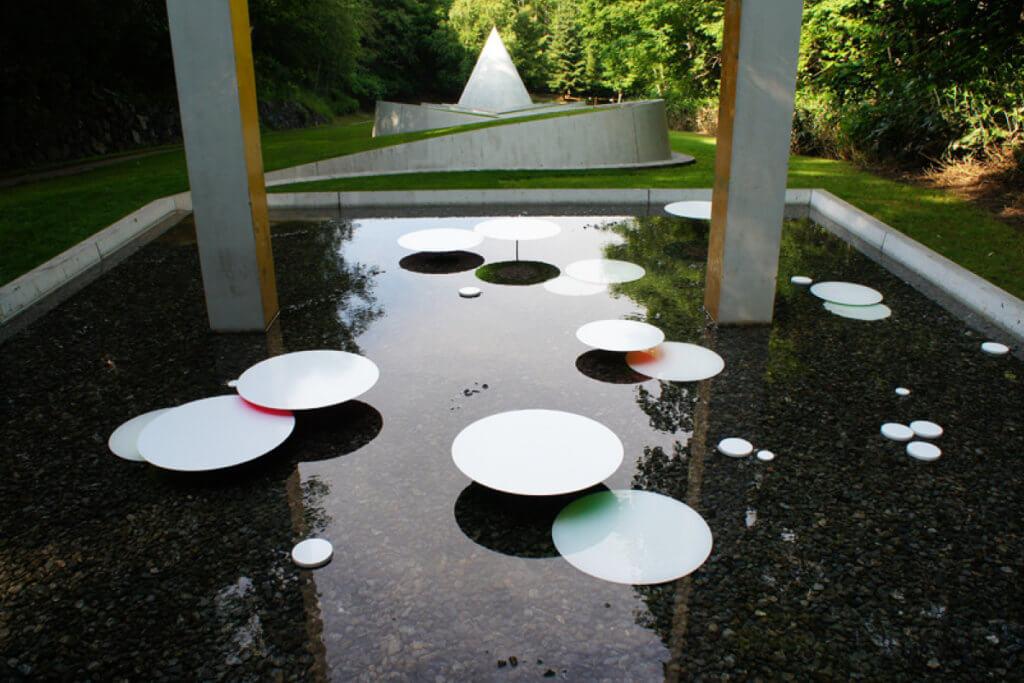 除了雪原,澀谷俊彥還會把作品放諸樹木、水池上,一貫的讓自然參與藝術作品的塑造。
