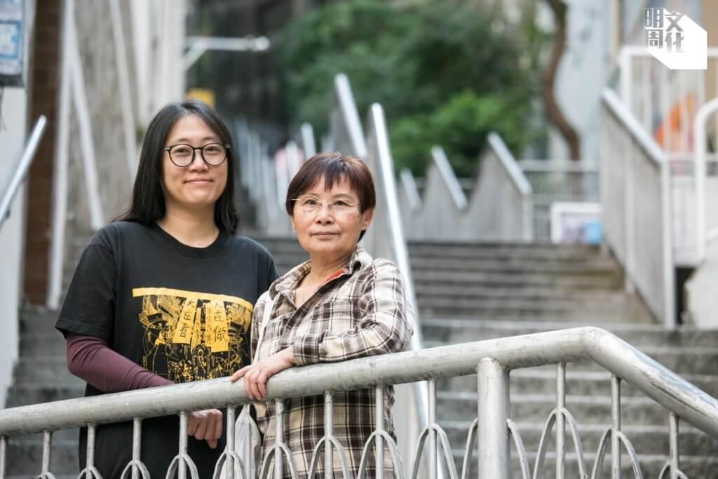 李維怡(左),社區文化藝術工作者,多年從事文字、紀錄片創作,一直投入基層平權運動,關注舊區重建受影響戶。 葉美容(May姐)(右),前灣仔街坊、利東街商戶,亦是利東街街坊因應重建組成的「H15關注組」成員之一,現為灣仔「香港故事館」的導賞員兼義工。