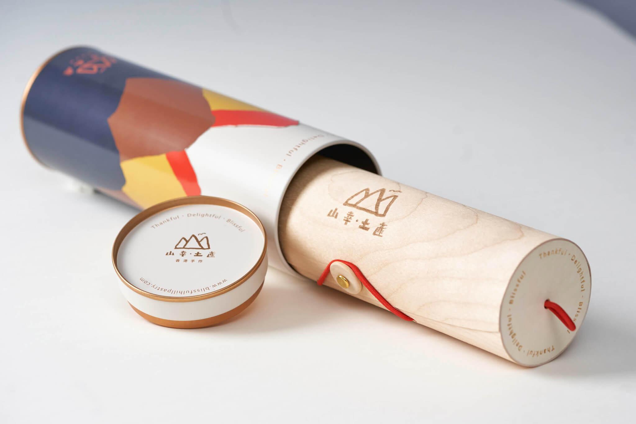 包裝由環保木材、鐵罐及其它可重用物料製作而成。享用蝴蝶酥後可重用,儲存茶葉甚或當作小朋友們的顏色筆盒。