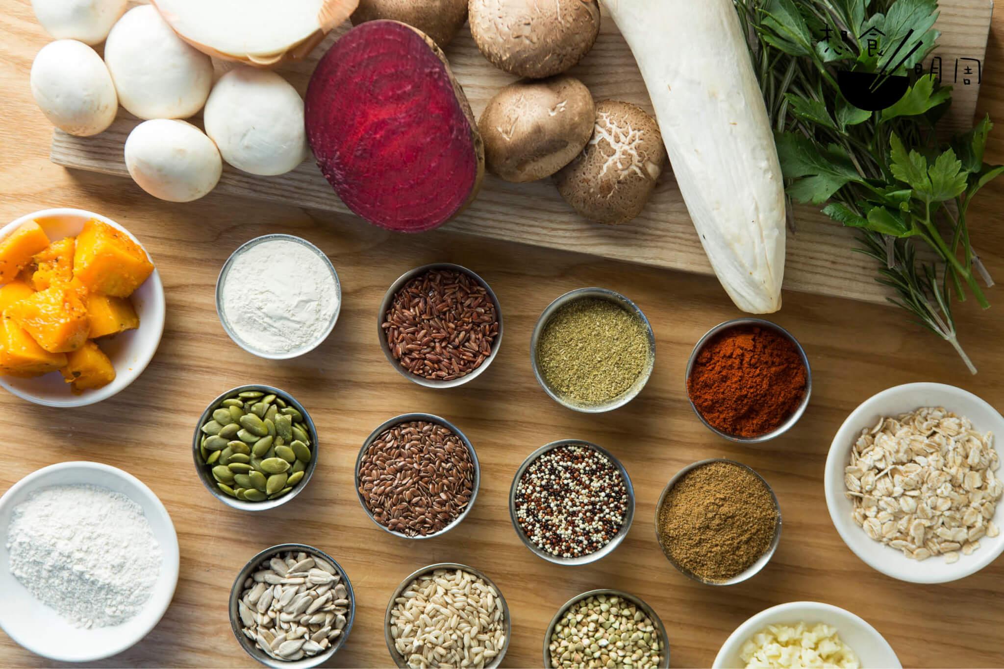 你看到的許多食材:紅菜頭、洋葱、南瓜、大小菇菌、米粒、香草、調料⋯⋯都是廚師精挑細選的食材,就為了「不作弊地以自然食材營造仿肉的口感」,從而搓製出最消化得宜的「漢堡扒」。