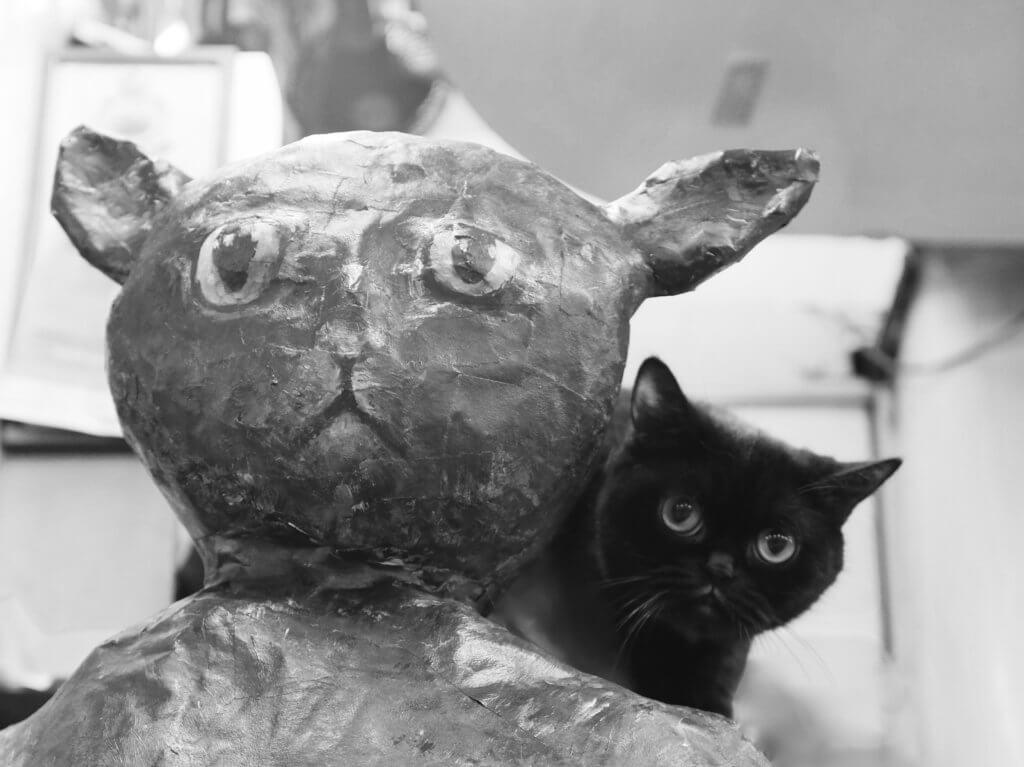 咖啡與其紙雕作品貓星人