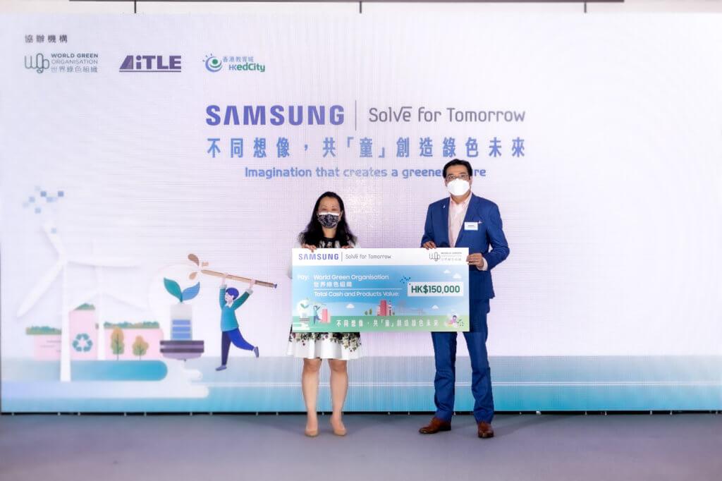 三星電子香港有限公司董事總經理趙依音(左)向世界綠色組織捐出總值超過15萬港幣的現金及Samsung產品支持該會推動香港可持續發展工作,由世界綠色組織行政總裁余遠騁博士(右)代表接受。