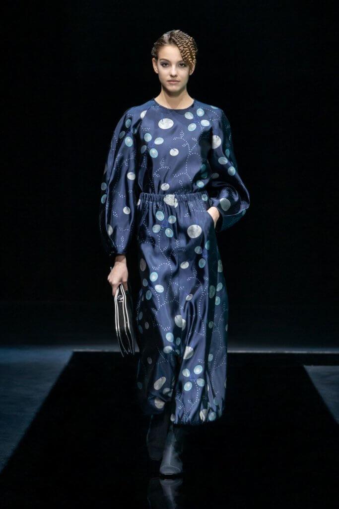 深藍色圖案裙子帶出系列夜色主題。