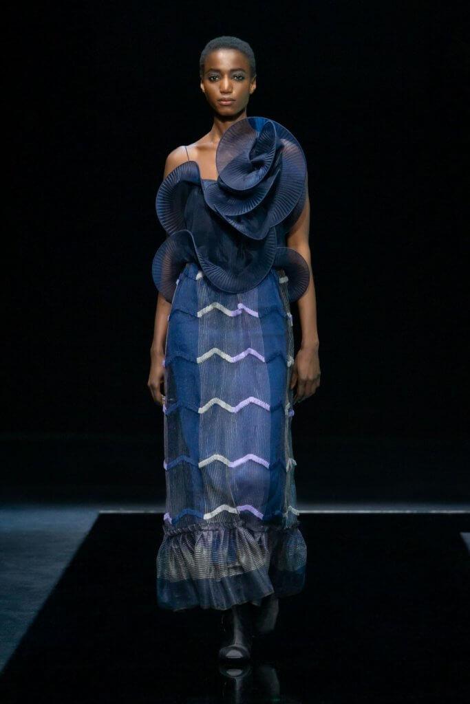立體波浪形剪裁上衣加上輕盈質料令服裝更添動感。