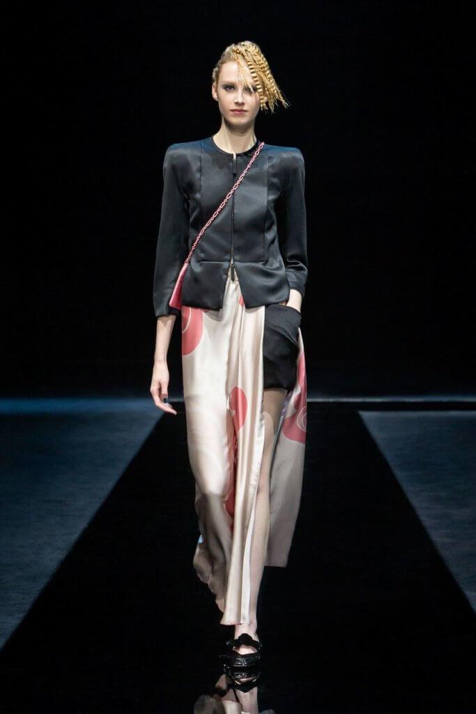 開衩長裙內襯長褲子配搭別具個性。