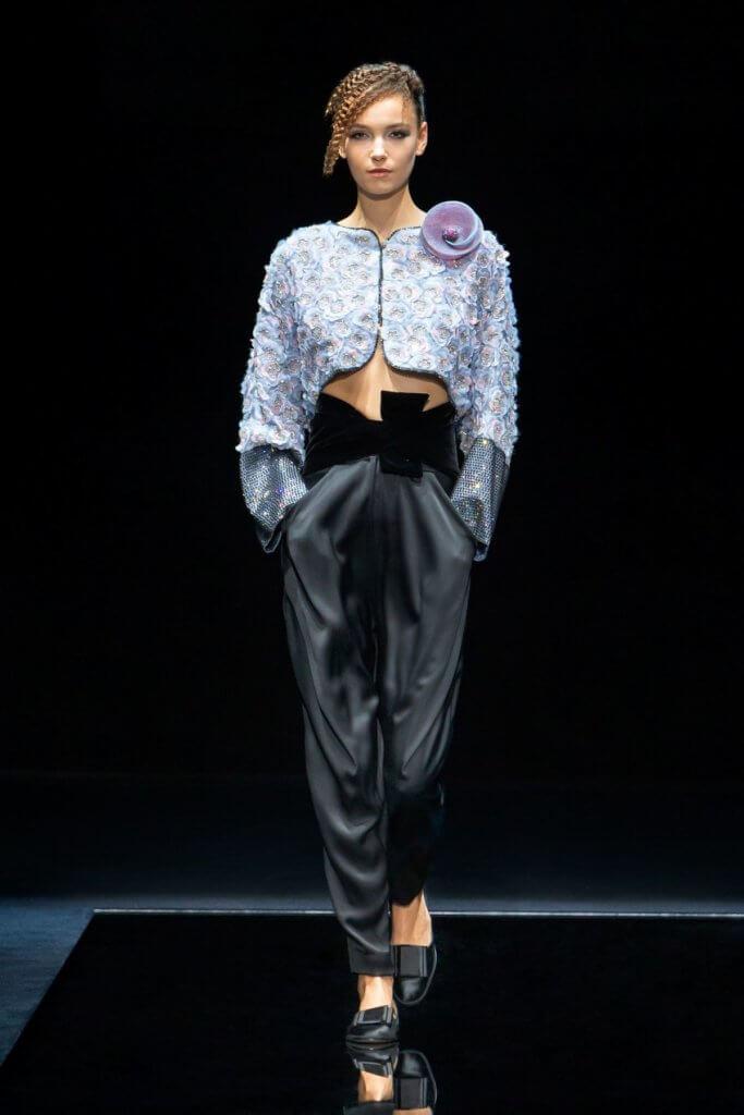 鬆身翼形褲子跟水晶繡花短外套形式強烈對比。