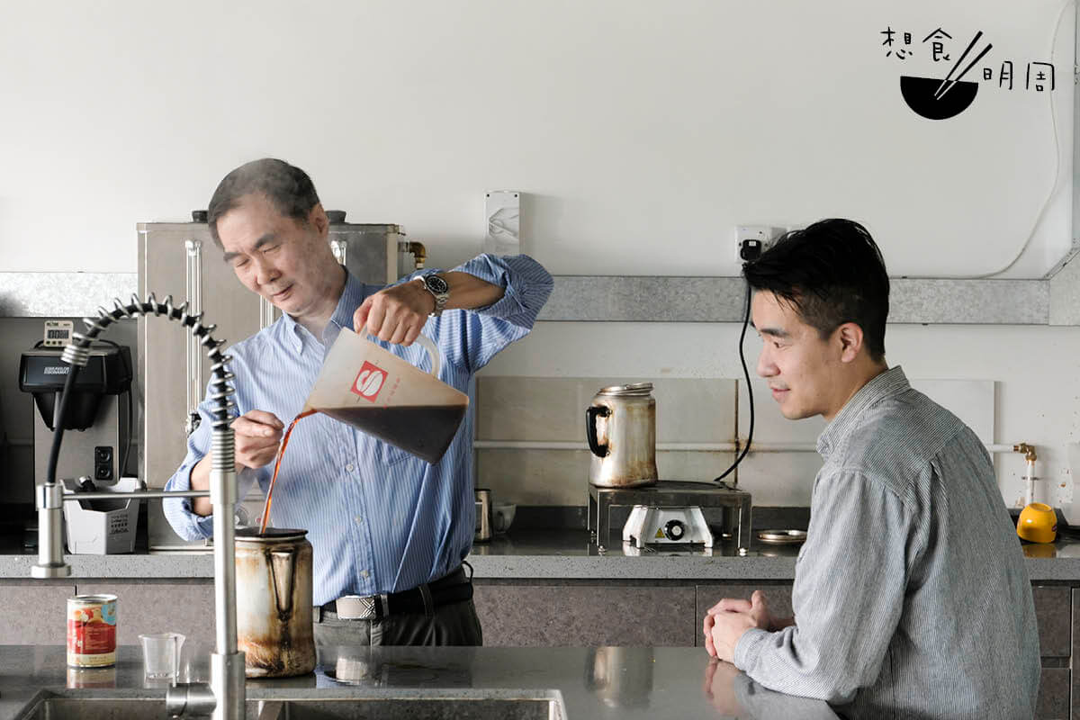 用一杯奶茶的時間,這天林瑞生(左)及陳進文(右)開展了一場關於對奶茶品味、觀察、回憶,以及對創新接受度的對話。