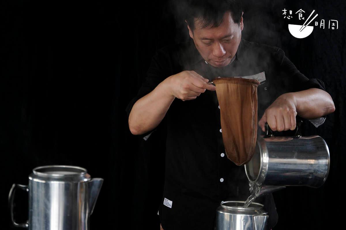有幸試喝Nelson手沖的港式奶茶,紅茶香氣細膩充滿層次,與淡奶也相當融合。不免感歎:茶記的「奶茶師」,何時不用再追趕訂單,可以認真慢慢沖一杯好奶茶?