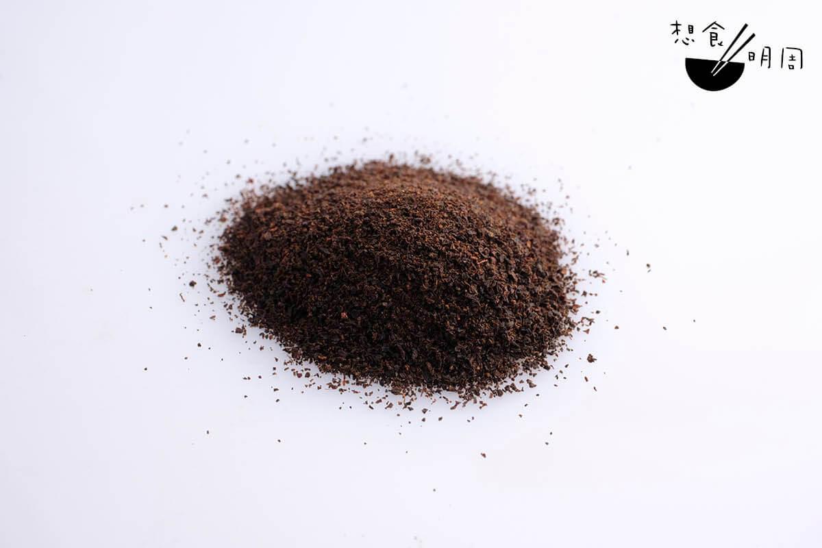 籠統來說,港式奶茶的茶葉就是由粗、中、幼三款茶葉拼配而成。一般師傅的拼配秘方,就是幼茶比例約為六成,粗茶不多於兩成。不過像Gordon 般的年輕一輩,卻認為沒有所謂金科玉律,而且能搭配一些搭調的食材,如乾花、水果、果仁及朱古力,讓這些新派港式奶茶喝來更有趣。