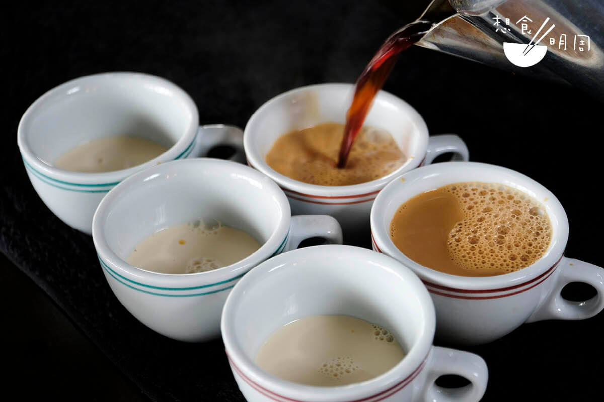 現在大多數師傅都用「先奶後茶」的方法沖港式奶茶。