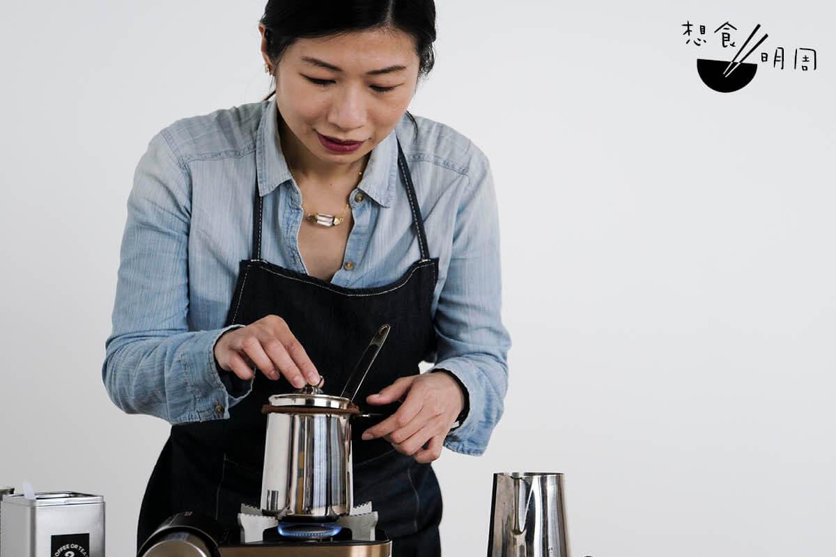 Lorraine認為,比起手沖咖啡,做手沖奶茶更有挑戰性,特別是煮茶時,一定要用最細火,過程也要金晴火眼地觀察着。