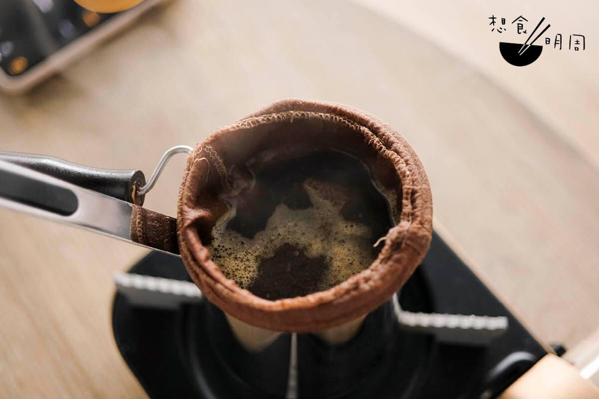 怎樣才算煲好茶?就是這個面層茶葉微微翻滾的狀態。此時便要熄火焗茶。