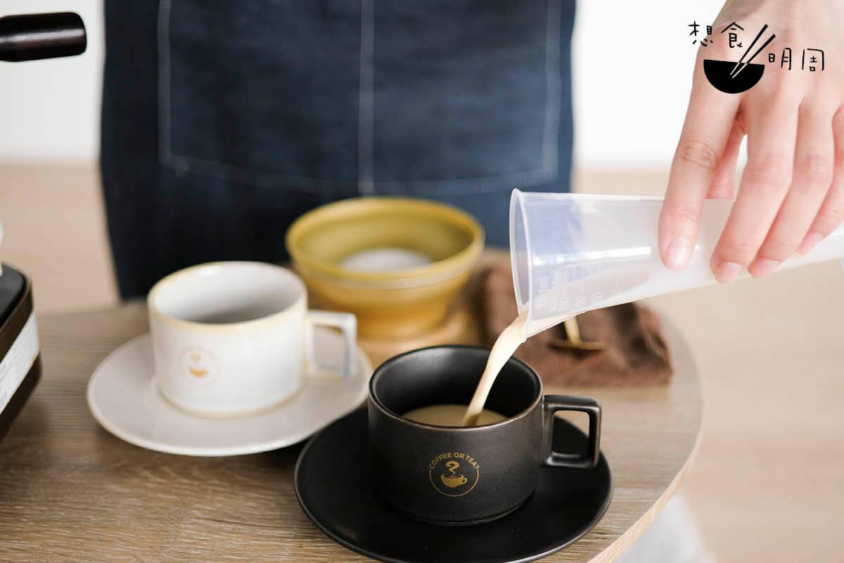 喝得講究的,也可用量杯去量度淡奶。傳統而言,茶與奶的黃金比例為六比四。當然也可因應喜好而調節。