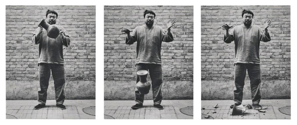 艾未未,《摔一隻漢代的瓦罐》(1995)。M+希克藏品(捐贈),香港,© Ai Weiwei。