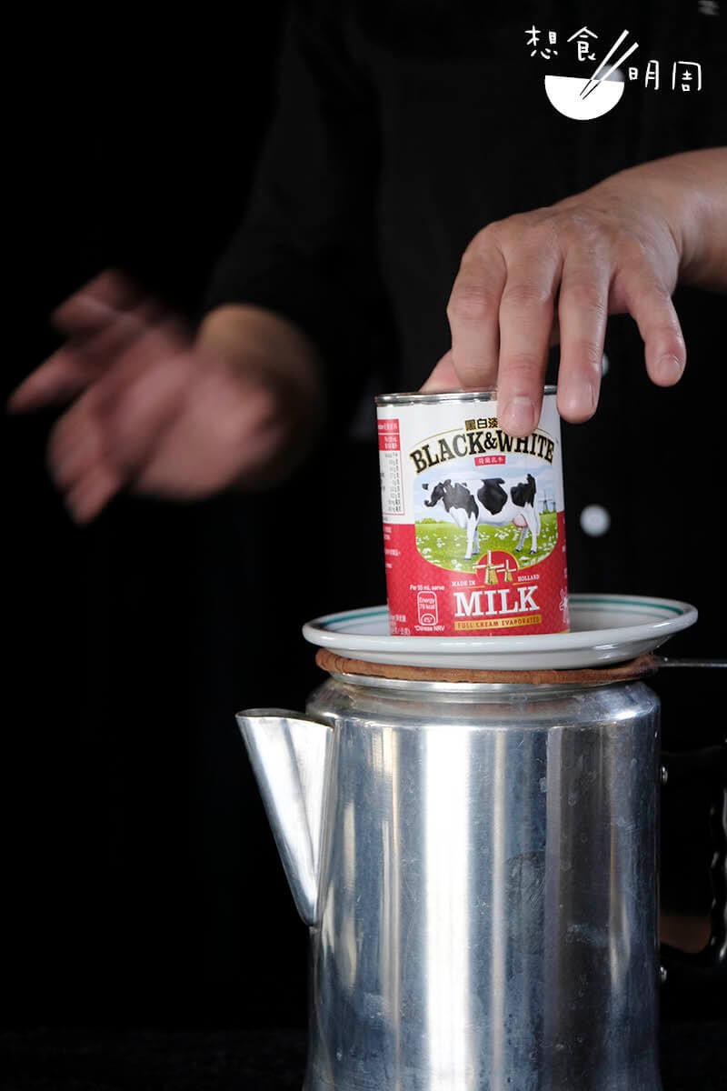 為了贏得金茶王大賽,很多師傅都開始微調沖茶手法,有的為求讓茶香不要跑掉,於是用杯底盤及淡奶罐緊壓住壺口。