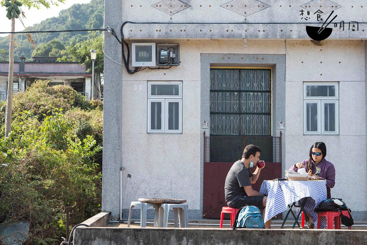 為了一嘗荔枝窩咖啡,很多人一下船都先到村口前的FOO's Cafe。