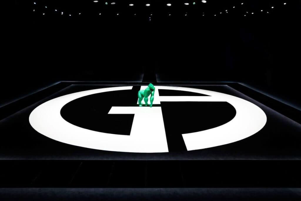 設於舞台中央的綠色猩猩Uri成為時裝秀另一焦點。