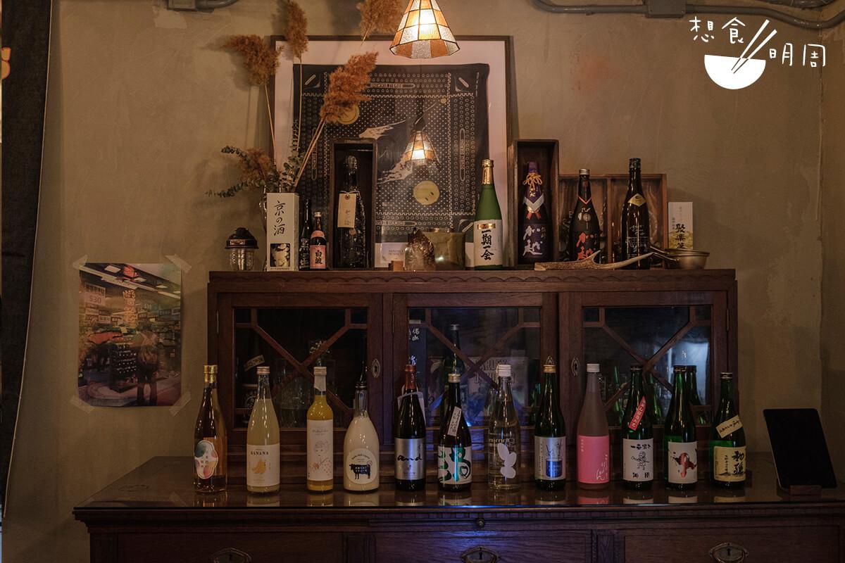 百年德國酒櫃內展示出各式各樣的清酒、燒酎、奶酒。每枝的招紙充滿特別,光是用眼睛欣賞也是一種享受。
