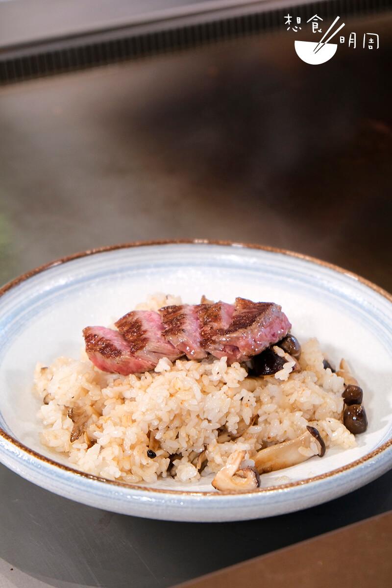 吃鐵板燒,地道經典的日式炒飯是精髓!這道以青森縣蒜片炮製的「宮崎和牛蒜蓉炒飯」,飯粒充滿野菌氛香,加上軟腍的宮崎和牛,非常滿足!($198元)