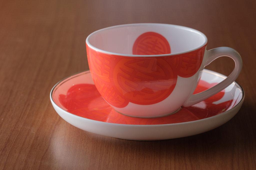 瓷杯設計以單色為主,並與「壽」字重疊、放大和縮小,營造出pop art的感覺。
