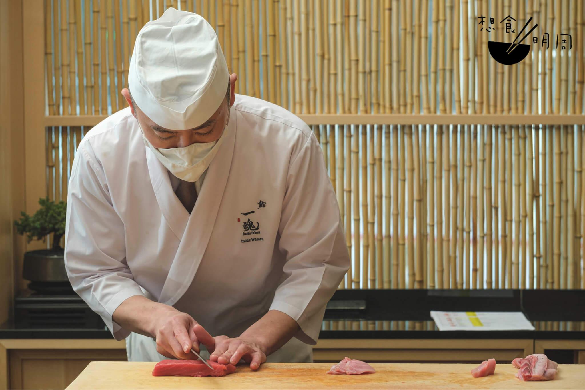 北海道吞拿魚被切下成赤身,醬油漬後再搓壓成壽司。大拖羅則以炭燒處理。