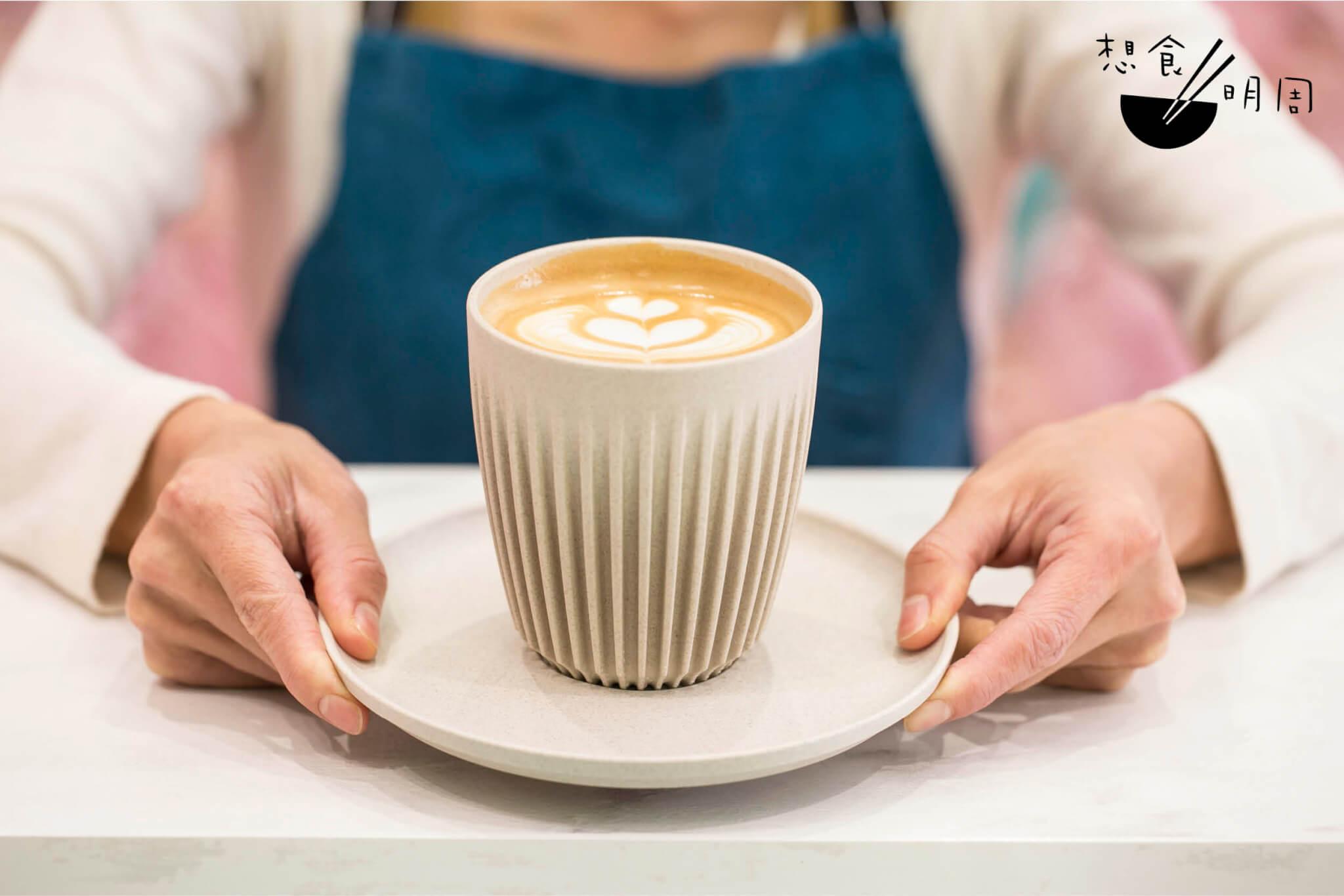 店主從細節處實際環保,例如選用的以環保物料製成的堂飲杯及外賣咖啡杯,又或是回收、重用各類包裝,又積極整理咖啡渣供街坊自取。