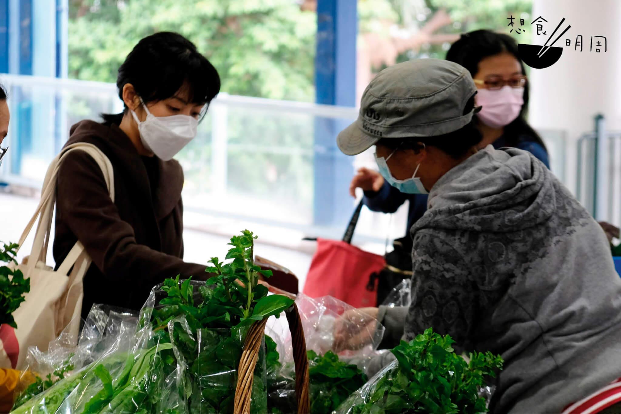 除了從網上平台訂購農產品外,店主亦會到中環農墟購買新鮮食材。