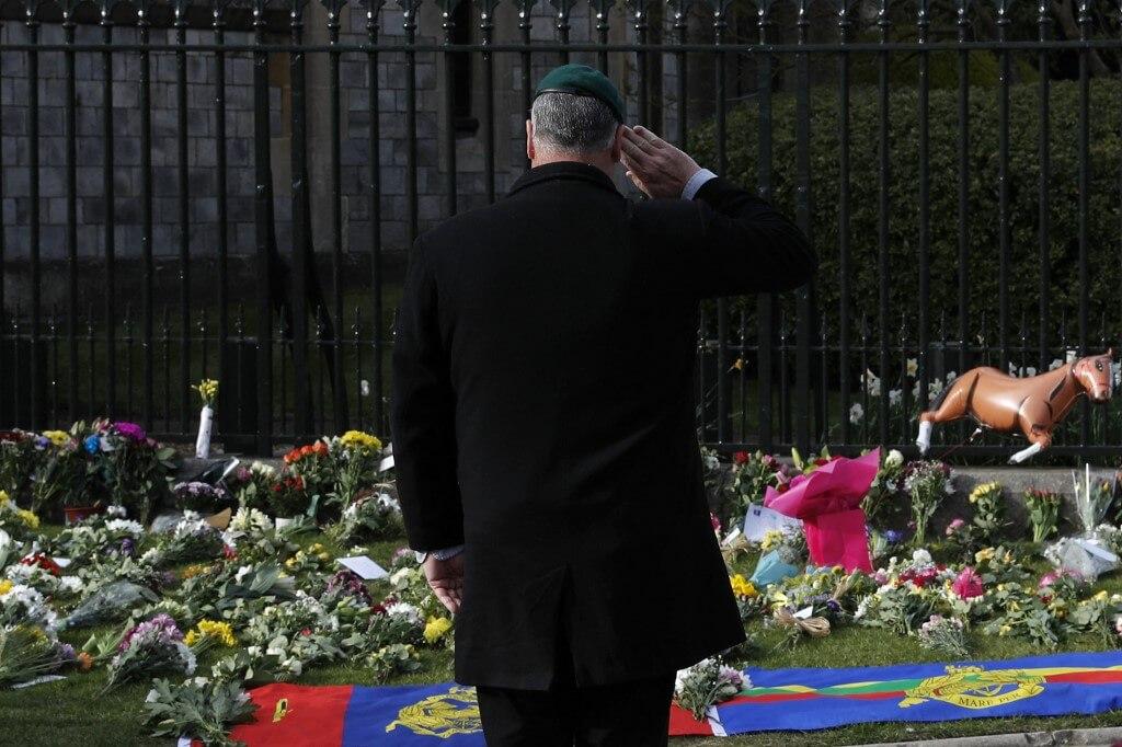 希臘親王的喪禮為私人「禮葬」,不設遺體公眾瞻仰。但公眾仍持續到白金漢宮外留下花束,追悼親王。