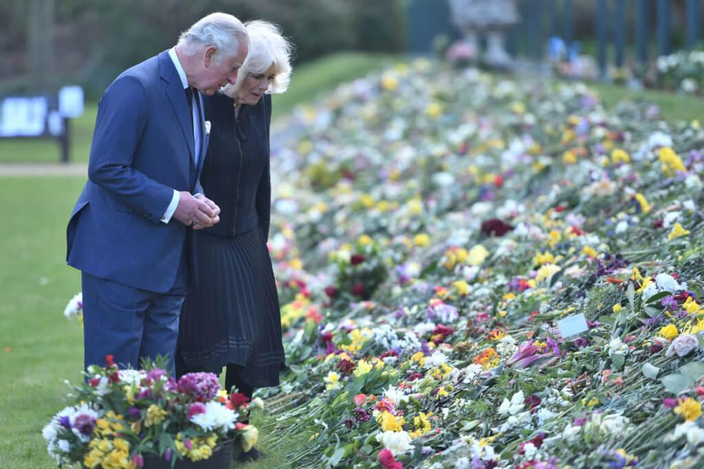 查理斯王子與卡米拉日前一同看民眾為希臘親王留下的花朵和紙條。