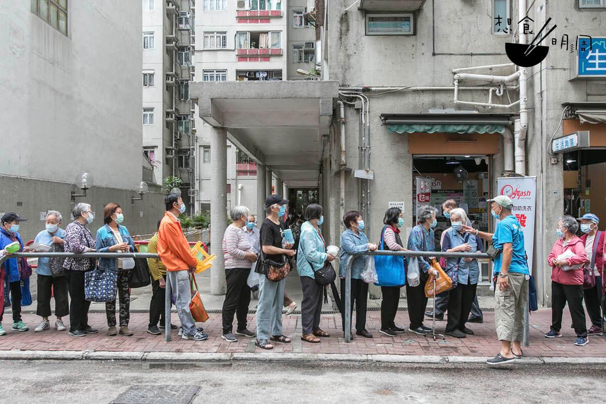 每天正午十二點,店舖對面便有一行老人家排隊,靜心等待店家派粥粉。