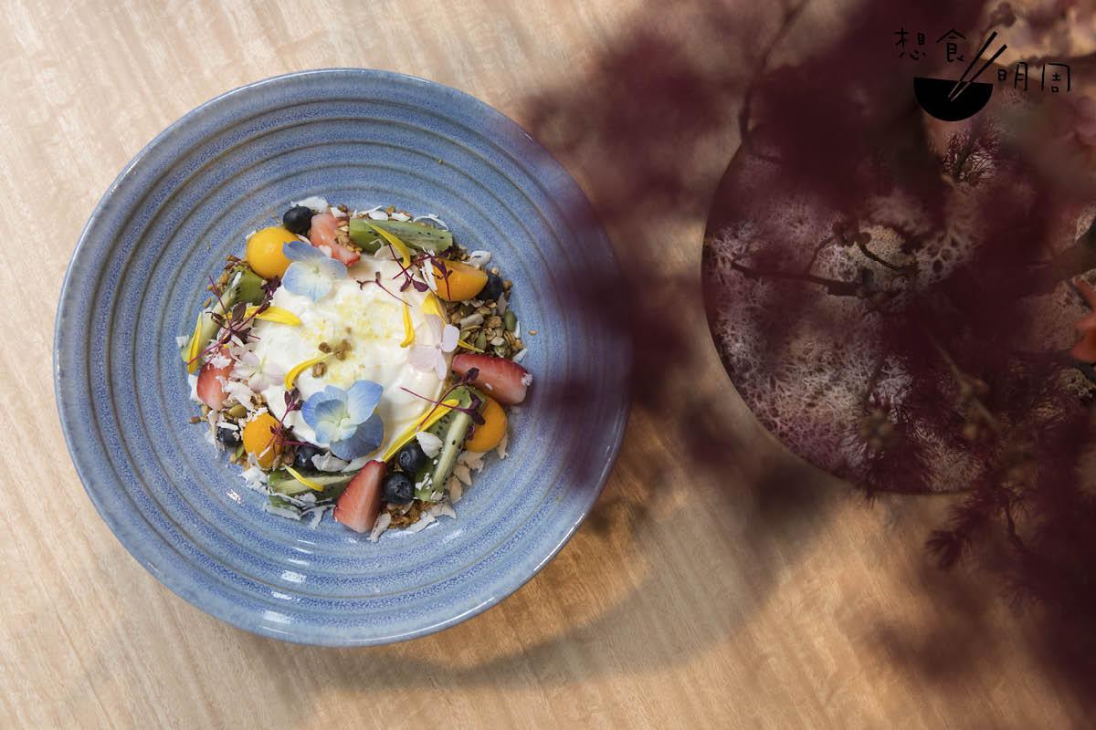 nergy Bowl// 以澳洲天然希臘式乳酪,配搭有機香脆燕麥穀物、柚子皮粉末、蜜糖,以及葵花籽、南瓜籽、時令食用花等,好吃也好看。($98)