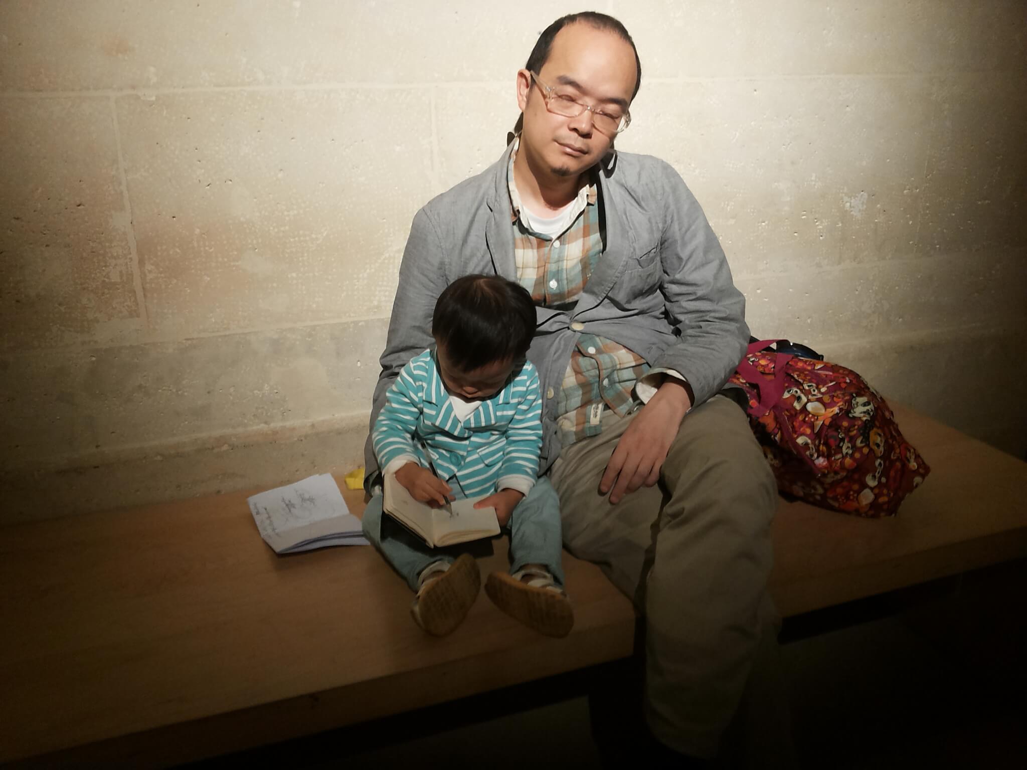 他和川在巴黎,兩個人逛藝術館後累壞,他在路邊擁著兒子睡了起來。