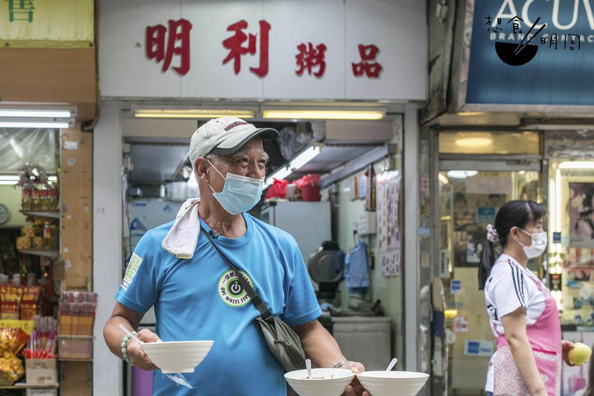 做善事,慶叔出錢又出力。天佑善人,快七十歲的他看起依然壯健。