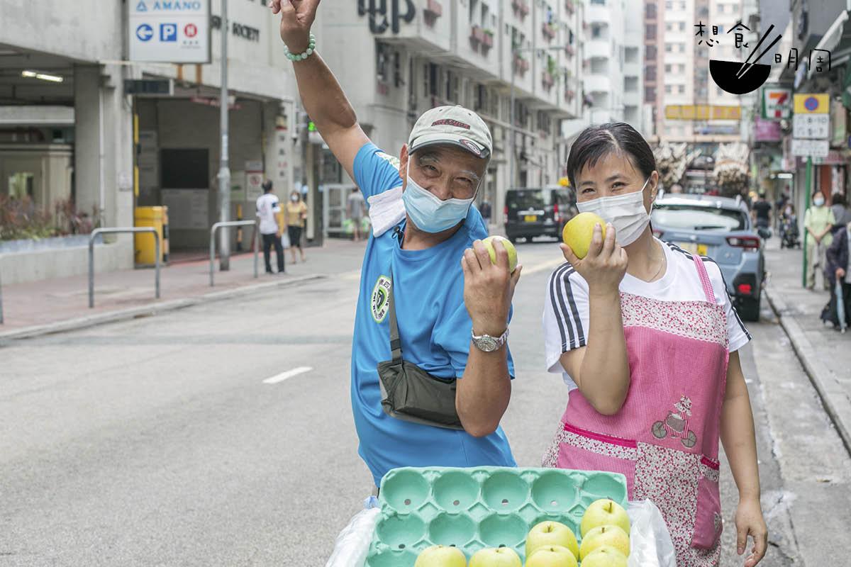 除了粥粉,慶叔還會和夥計一起把時令水果派給司機打氣。