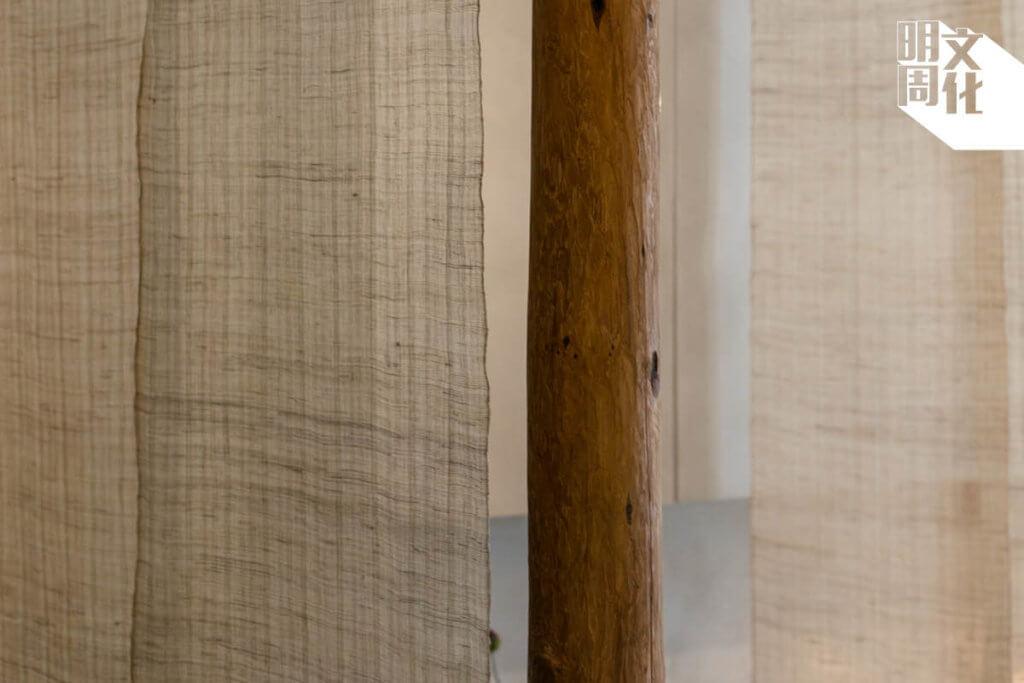 家諾用槍刨逐部細削原木,既保留樹的形態,也有一片片質感獨特的削痕。