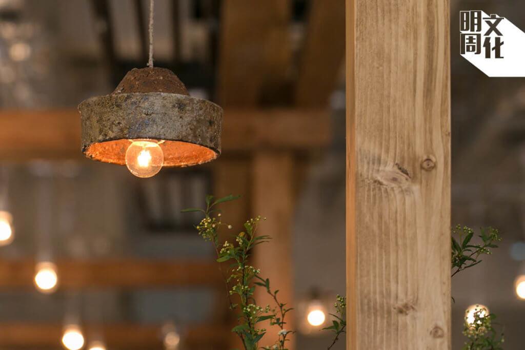 古窯器燈具是台灣品牌洄流的作品,是中國江蘇化石坑發掘出來後加以改製。