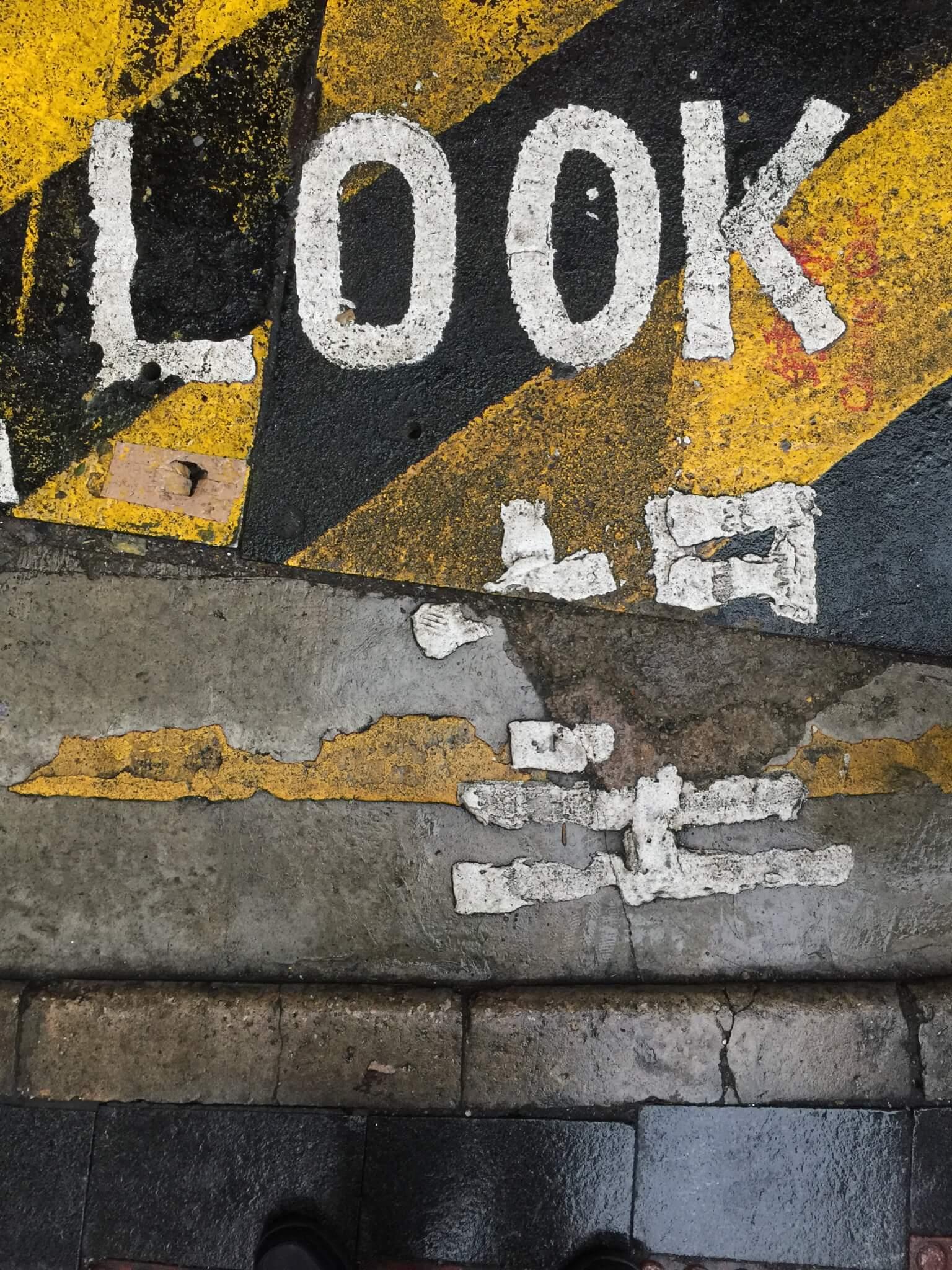 他拍了四百多張路上的「望左」照片,發覺每個望字都形態不一。