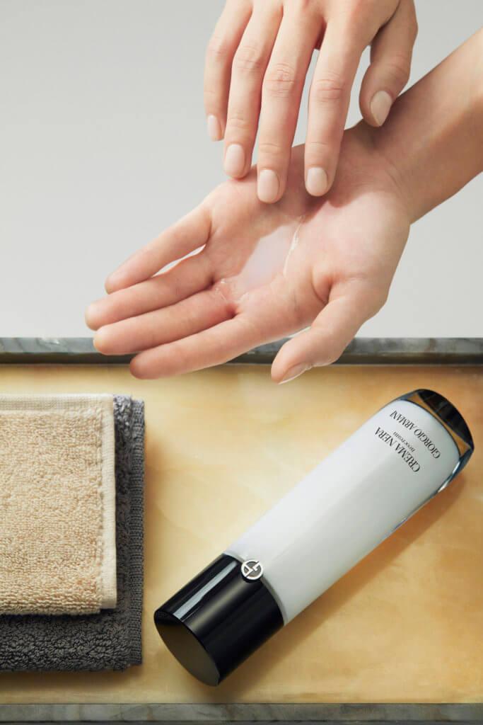 ARMANI beauty CREMA NERA 極致再生活膚修護乳液 $1,700/125ml 輕盈順滑的化妝水質地於肌膚轉化為乳霜,締造滋潤修復效果。