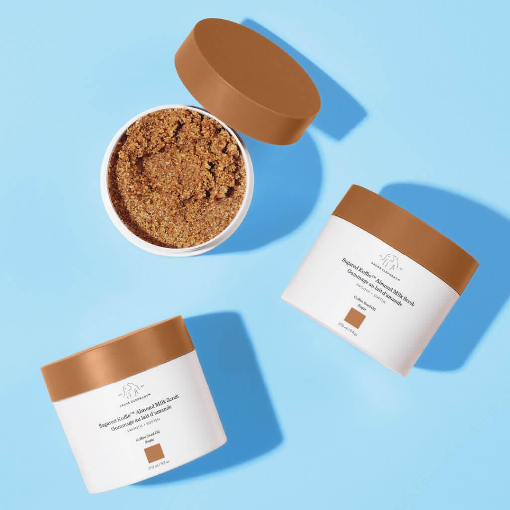 Drunk Elephant Sugared Koffie™ 杏仁奶磨砂$220 結合各種滋養植物油,含有經研磨的烘焙咖啡豆和黃糖晶體,柔化肌膚同時去角質。塗抹少量於弄濕的肌膚上並按摩,清洗乾淨,輕拍抹乾。