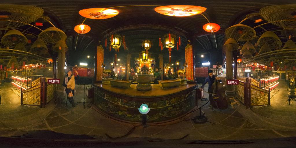 呂奡元和林灒桐走進上環文武廟內合奏。
