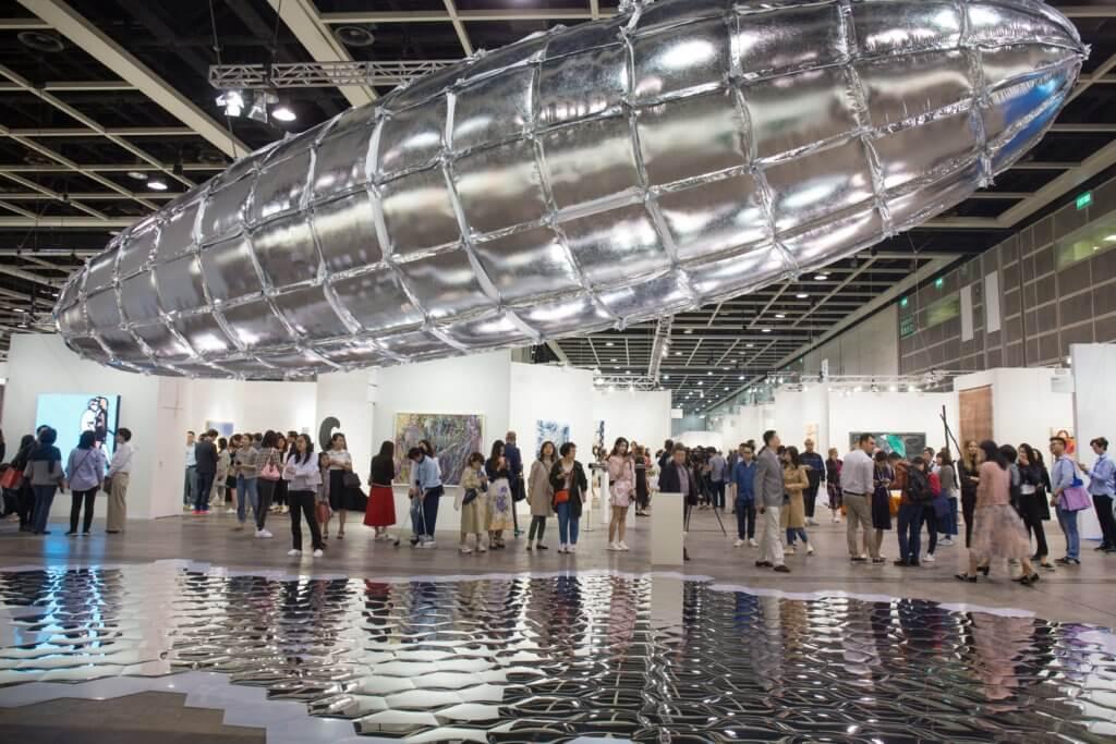 二○一九年香港Art Basel展示了李昢的《Willing To Be Vulnerable-Metalized Balloon》,吸引人們圍觀。