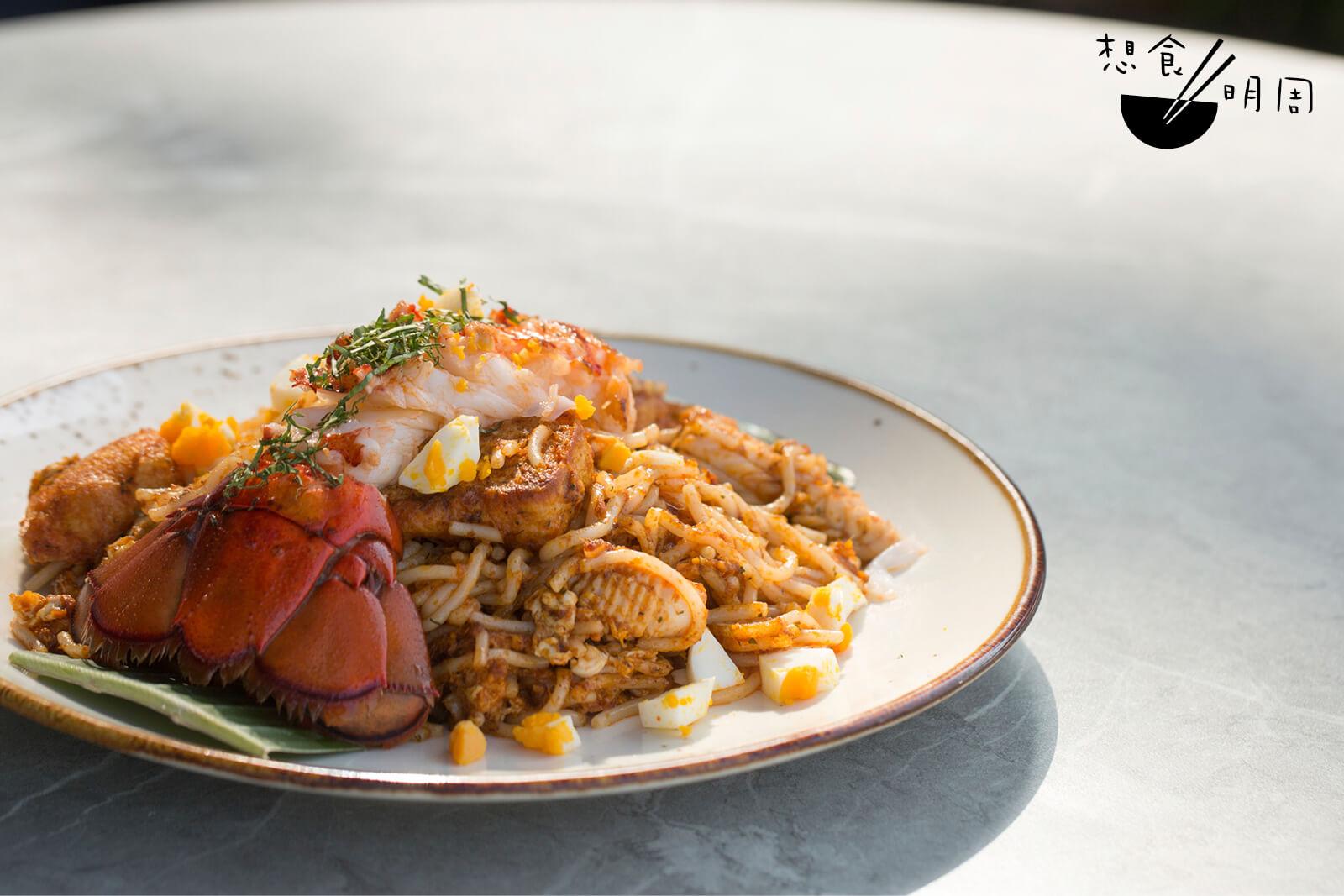 乾炒龍蝦海鮮喇沙//這可說是一道破格創新的菜式,將傳統椰汁湯叻沙改為坊間未見的乾炒叻沙。配上嫩滑龍蝦肉、鮮魷等食材,將一碗國民湯麵升級。