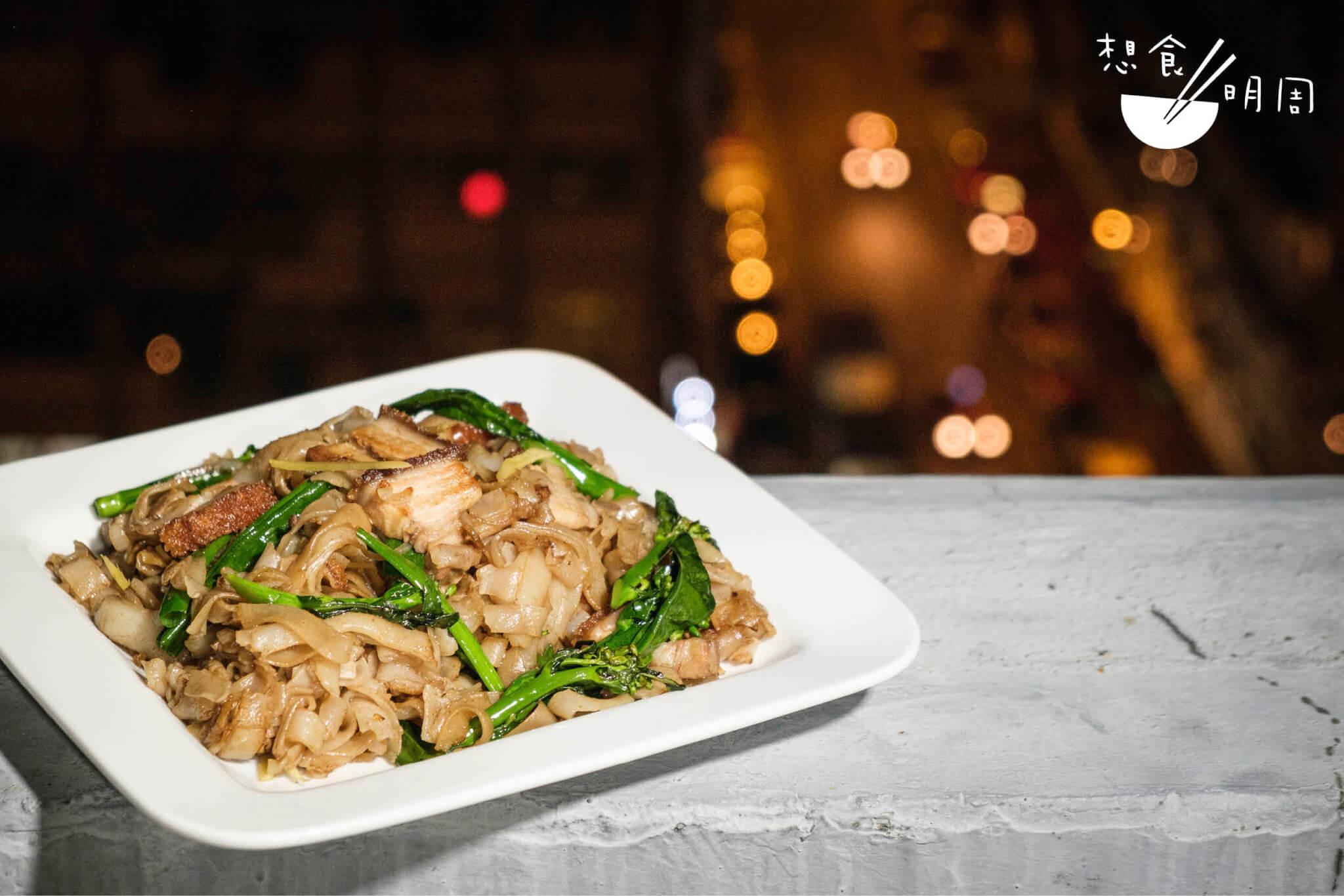 好一道乾炒蝦醬芥蘭苗燒腩河粉,鹹香中又不太油膩,有茶餐廳的深宵「佬」味,卻自是更勝一籌。在家煮,總是更合口味呀。