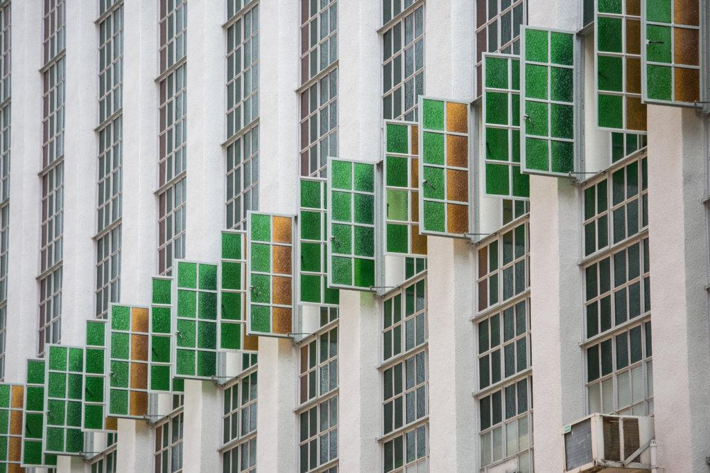 彩色玻璃窗打直伸展,橫跨幾層高,抵銷長形建築的笨重感。