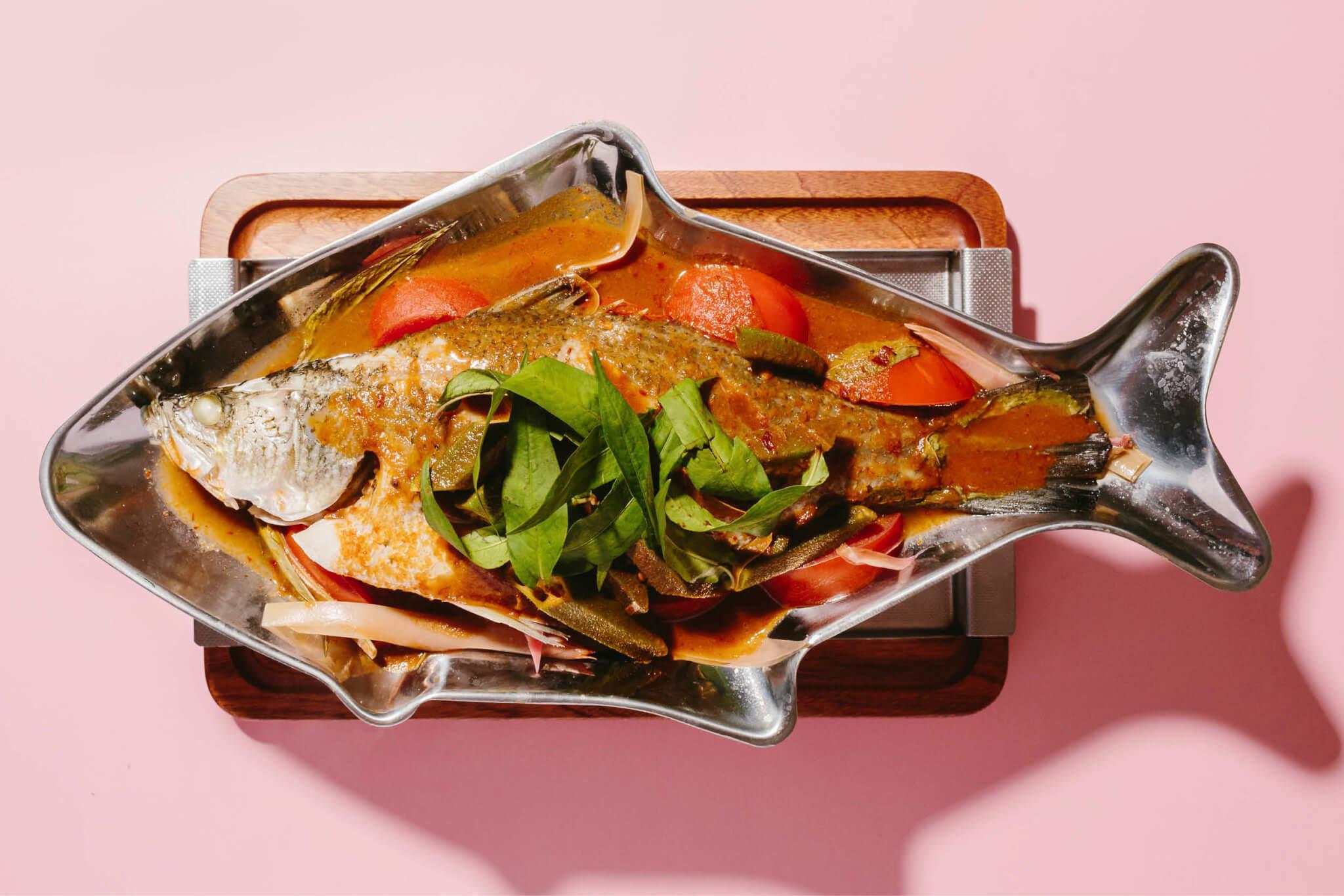 亞叁魚 // 以羅望子製成的亞叁膏是新鮮果肉的常用替代品。Bibi & Baba的廚師就以亞叁膏配合薑花、香茅、南薑、黃薑、辣椒乾等調製濃醬,以烹煮鮮魚,入口同樣酸辣開胃。($288)